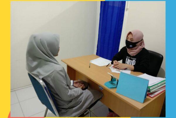 Petugas Klinik Pratama SEHATI lakukan konseling